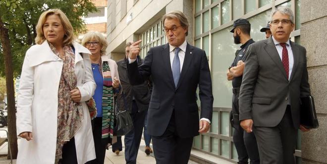 Artur Mas y Francesc Homs, junto a las ex consejeras Joana Ortega e Irene Rigau, antes de entrar en el Tribunal de Cuentas el pasado octubre.