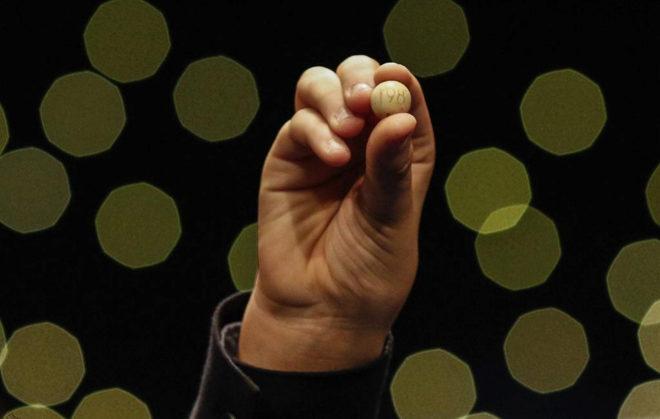 Imagen de la bola con uno de los números premiados en la Lotería de...