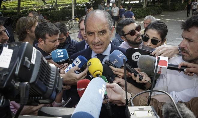 El ex presidente valenciano Francisco Camps atiende a los medios antes de una declaración judicial.