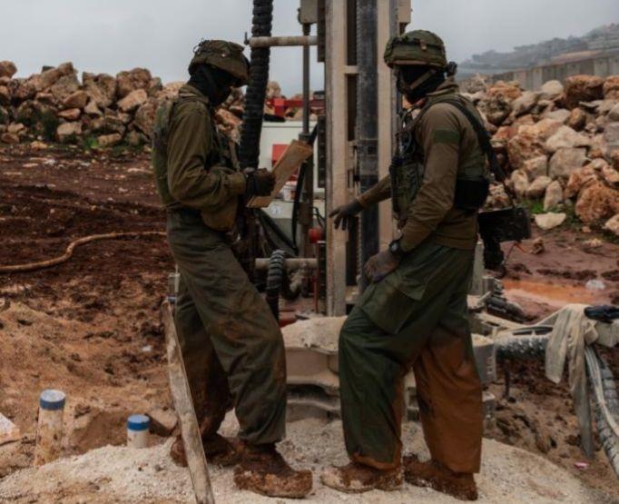 Dos soldados cavan en busca de túneles de Hizbulá en la frontera entre Israel y el Líbano.