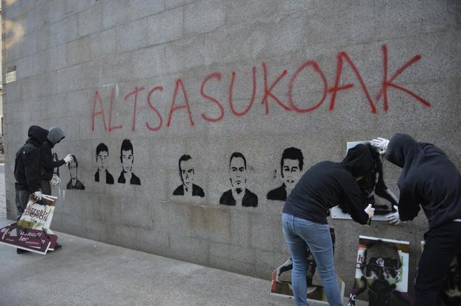 Varios radicales haciendo pintadas para pedir la libertad de los agresores de Alsasua.