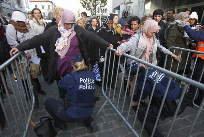 Control policial en Molenbeek, distrito de Bruselas del que era...