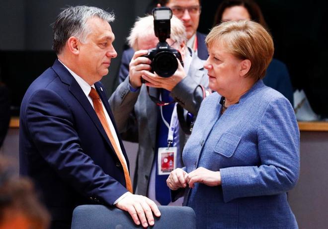 Viktor Orban saluda a la canciller Angela Merkel antes de una cumbre europea en Bruselas.