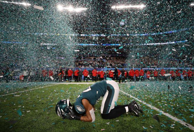 La última vez que los Philadelphia Eagles habían ganado la NFL ni siquiera existía la Super Bowl, lo que para muchos sería como no haberla ganado nunca. Era 1960 y Eisenhower todavía era presidente de los Estados Unidos. Y para ser una primera vez, el guión les quedó magnífico: su quarterback titular se lesionó a tres jornadas para el final de la fase regular y el suplente, Nick Foles, jugó tan mal como cabía esperar hasta que empezaron los playoffs. En la Super Bowl LII, lideró al equipo a la victoria en un monumental duelo ofensivo contra una leyenda en vida, Tom Brady.
