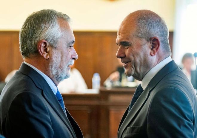 Los ex presidentes de la Junta de Andalucía Manuel Chaves (d) y José Antonio Griñán (i), en la sala de la Audiencia de Sevilla tras finalizar el juicio de la pieza política del caso ERE.