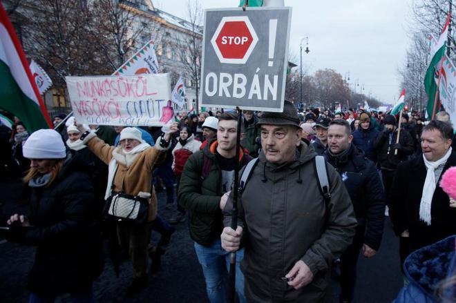 La deriva iliberal de Orbán prende la calle