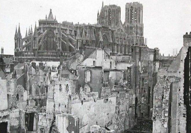 Destrucción en la ciudad de Reims. Al fondo, su catedral.