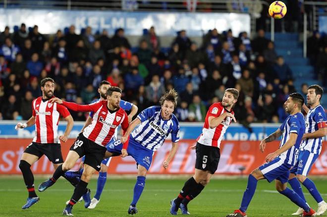 Jugadores del Alavés y el Athletic se disputan el balón durante el partido de Mendizorroza.