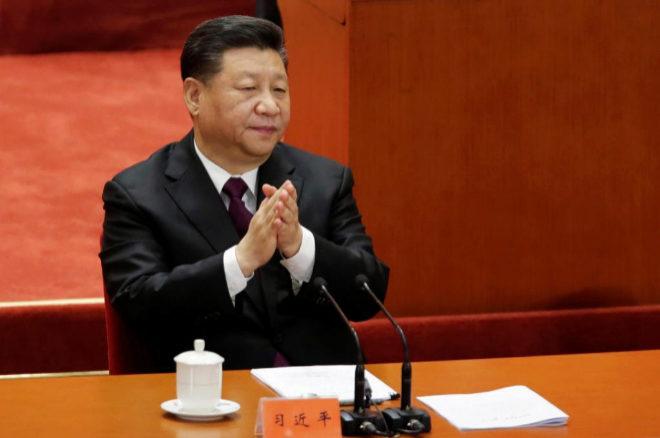 El presidente de China, Xi Jinping aplaude en el acto por el 40 aniversario de la apertura de China.