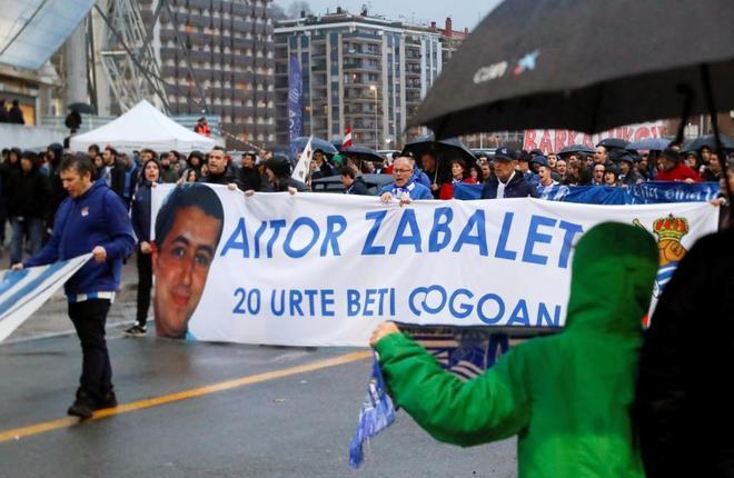 Peñas y seguidores de la Real Sociedad recuerdan a Aitor Zabaleta en San Sebastián.