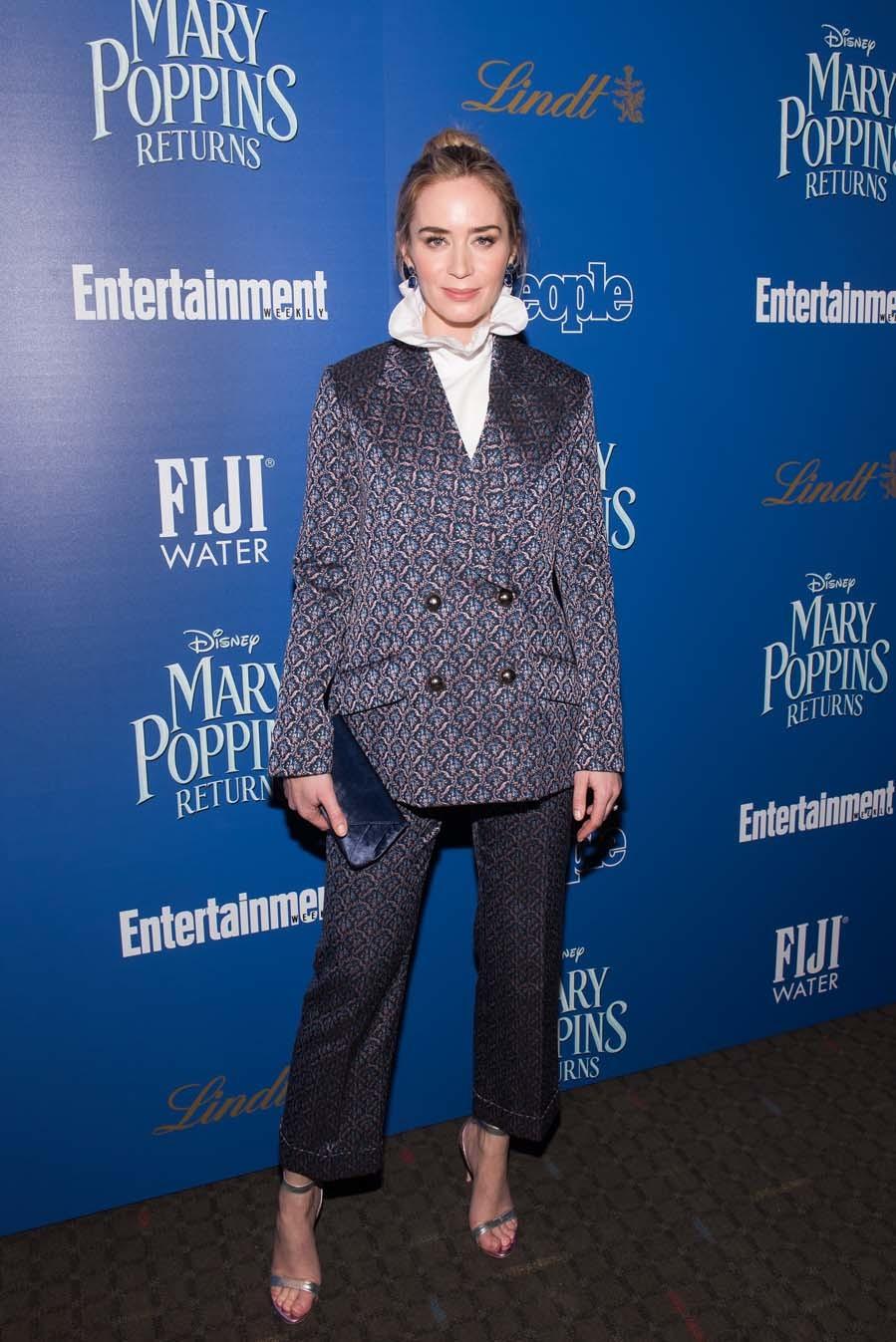 La En Poppins Una Mary Alfombra Convierte Emily Roja De Blunt HCqgwg