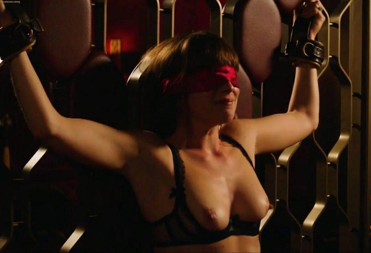 Dakota Johnson vuelve a meterse en la piel de Anastasia, la joven...