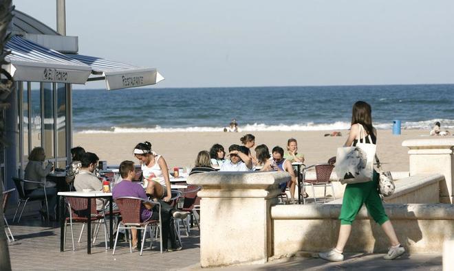 Turistas en un chiringuito en una playa de Valencia.