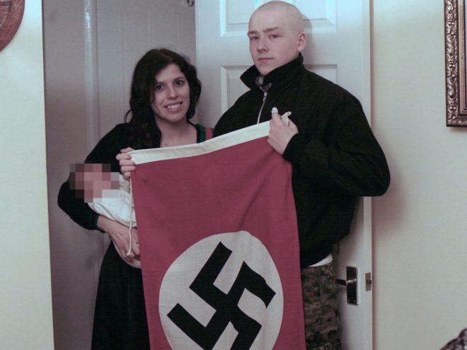 Adam Thomas y Claudia Patatas con su hijo, al que han llamado Adolf Hitler.