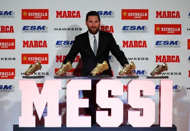 Leo Messi posa con sus cinco Botas de Oro.