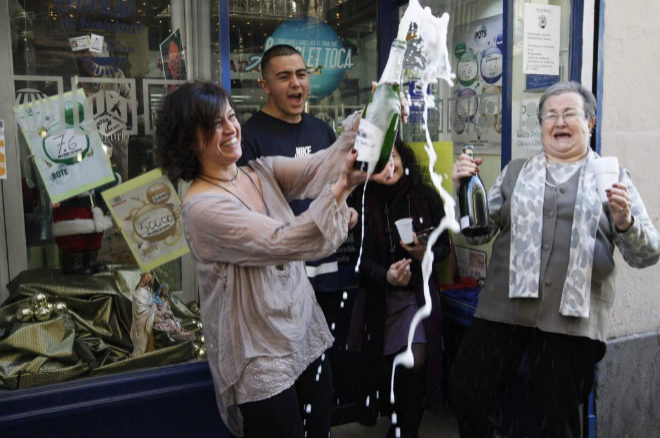 Foto de archivo de varias loteras celebrando el premio Gordo de la...