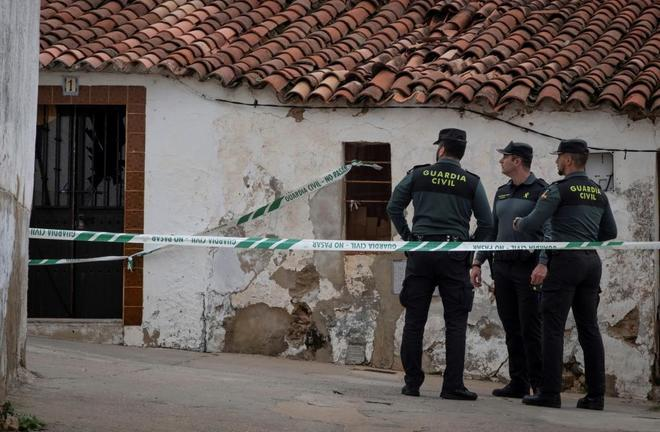 Efectivos de la Guardia Civil custodian la casa número 1 de la calle Córdoba de El Campillo (Huelva), donde vive Bernardo M., detenido por su presunta implicación en el crimen de Laura Luelmo.