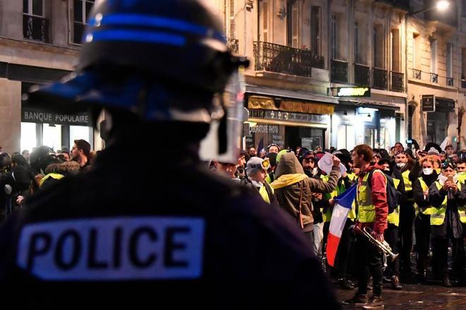 Chalecos amarillos y policía antidisturbios durante una manifestación en Burdeos, Francia.