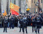 Mossos d'esquadra frente a manifestantes independentistas que...