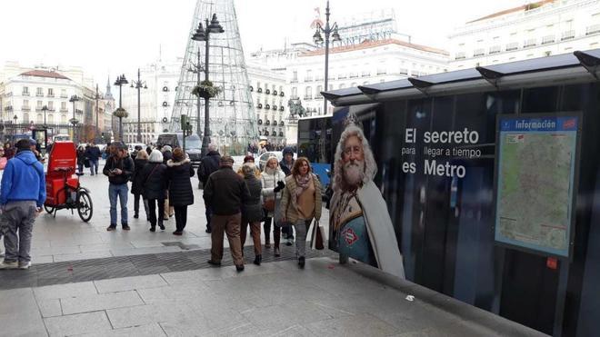 Campaña de promoción del Metro en la marquesina de Sol, retirada este martes.