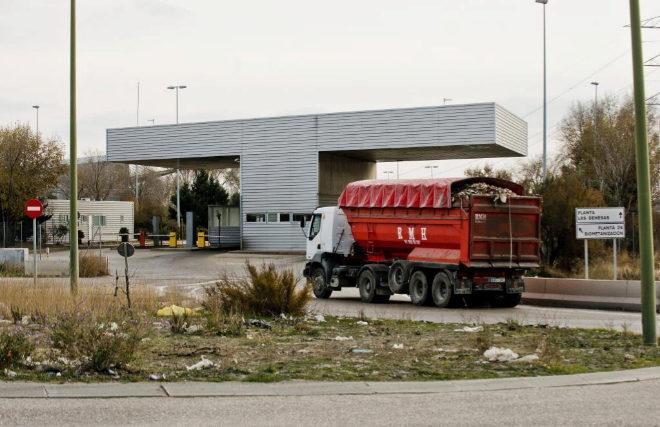 Un camión entrando al vertedero municipal de Valdemingómez