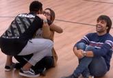 Famous abrazó a Noemí Galera en el reparto de temas de la gala...