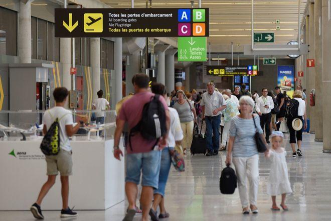 Viajeros en el aeropuerto de Palma.