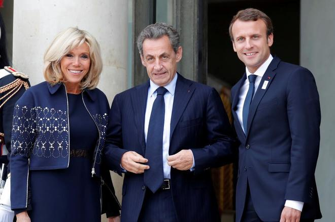 Emmanuel Macron y su mujer Brigitte Macron junto al ex presidente Sarkozy, en 2017.