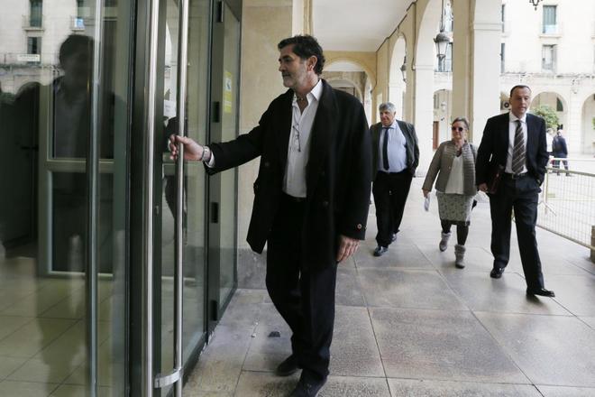 El exconcejal del PP, Toño Sobrino, ayer a su llegada al juicio en la Audiencia.