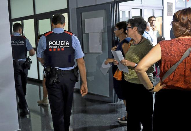 Agentes de los Mossos en la escuela Joan Maragall de Barcelona,...
