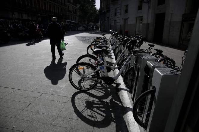 Bicicletas de Bicimad en una calle de Madrid.