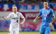 Andrés Iniesta y Fernando Torres (dcha), en su primer enfrentamiento en Japón.
