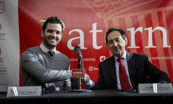 El alcalde de Paterna (Valencia), Juan Antonio Sagredo (i), y el consejero de Intu, Salvador Arenere (d), informan de las novedades sobre el proyecto del centro comercial Intu Mediterrani.