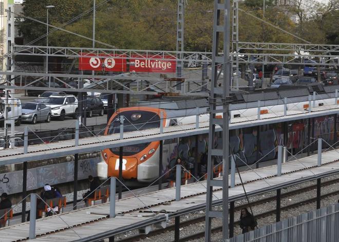 Un tren en la estación Bellvitge (Barcelona).