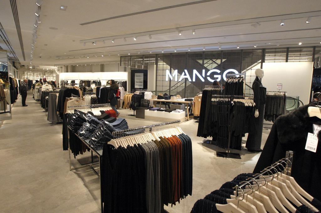 Interior de una de las tiendas de Mango en Barcelona.