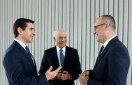 El presidente de BBVA, Carlos Torres, junto al presidente saliente, Francisco González, y el nuevo CEO, Onur Genç.
