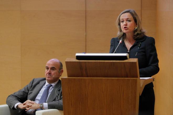 Nadia Calviño y su antecesor al frente del Ministerio de Economía, Luis de Guindos, esta semana.
