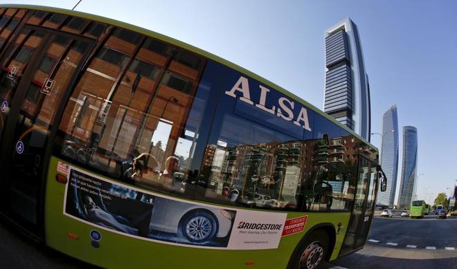 Un autobús pasa por delante de las Cuatro Torres, el centro financiero de Madrid.