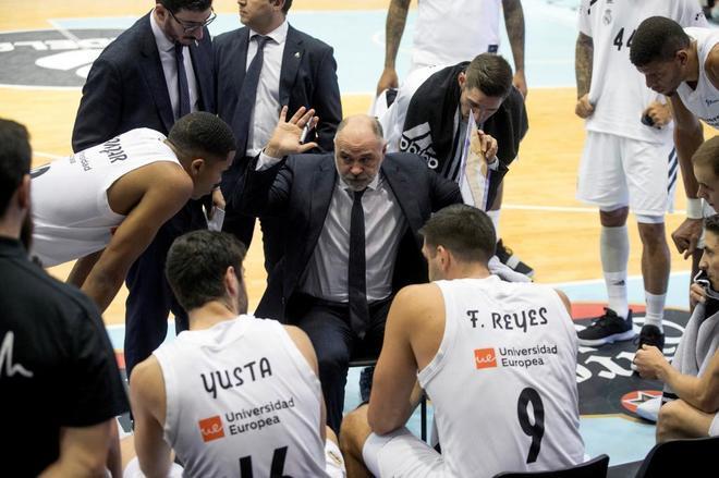 Pablo Laso (c) da instrucciones a sus jugadores durante un partido esta temporada.