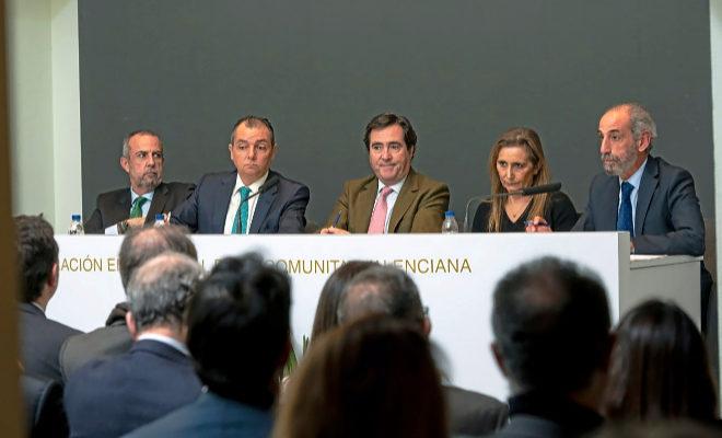 Los presidentes de la CEV, Salvador Navarro, y de la CEOE, Antonio Garamendi (en el centro), ayer en Valencia.