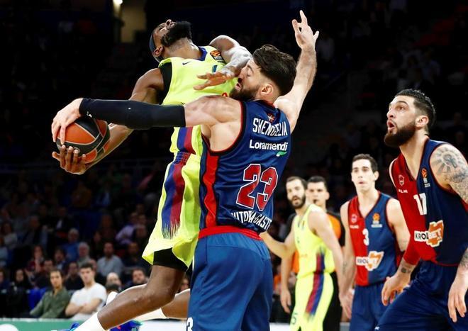 Shengelia  y  Singleton se disputan el balón durante el Baskonia - Barcelona de Euroliga.