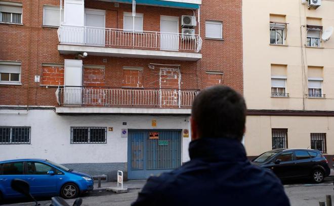 El vecino del Puente de Vallecas, ante una casa tapiada.