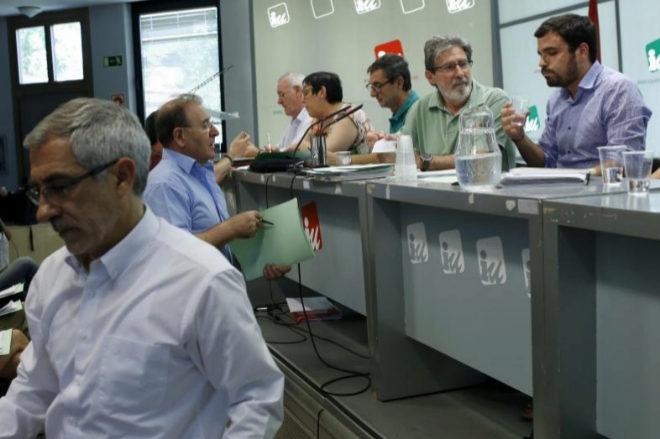 Gaspar Llamazares, en primer término, y Alberto Garzón, en una reunión de IU en 2015.