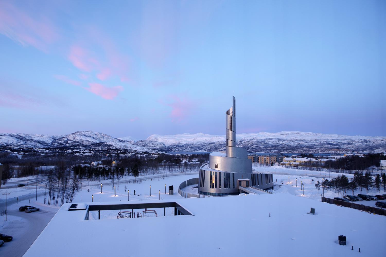 Concluida en 2013, la <strong>Catedral de las Luces del Norte</strong>, en Alta, recibe su nombre por las <strong>auroras boreales</strong> que iluminan su cielo en el largo invierno. Revestida de titanio, fue diseñada por los prestigiosos estudios escandinavos de<u> Schmidt Hammer Lassen y Link Arkitektur.</u> Su fascinante interior alberga una obra del danés Peter Brandes. Etérea y poética, como las auroras, con sus 47 metros de alto, simboliza la magia de las luces del norte.