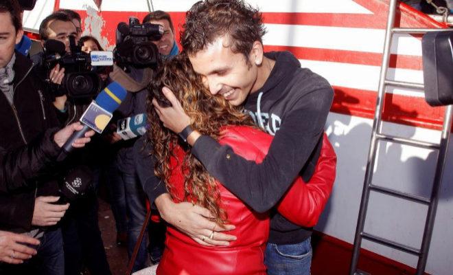 El capitán del pesquero de Santa Pola Nuestra Madre Loreto, Pascual Durá, abrazado a su esposa a su llegada al puerto.