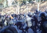 Mossos d'Esquadra cargan contra manifestantes de los CDR en la zona...