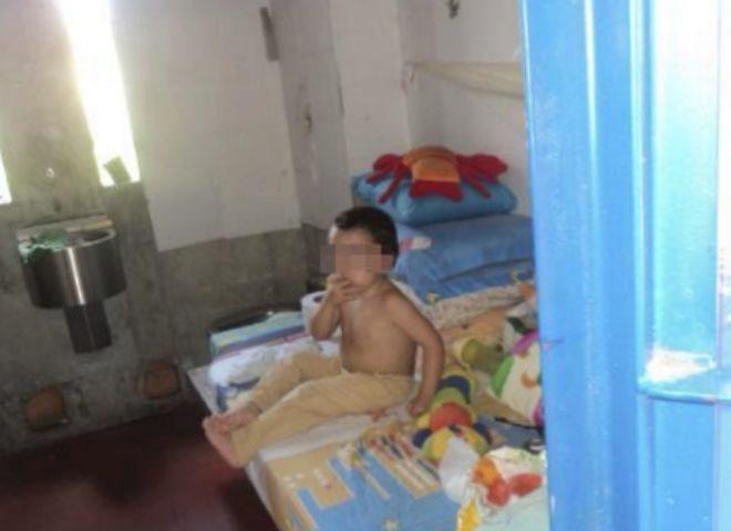 Juanito, nacido en Granada y con dos años y cuatro meses, en la celda en la que duerme con su madre en la prisión de Jamundí (Cali)
