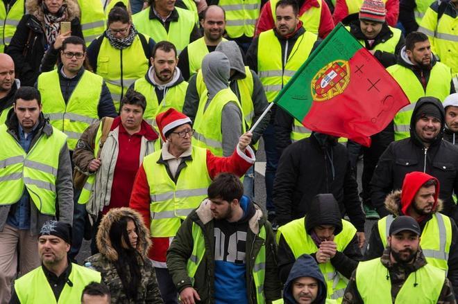 'Chalecos amarillos' participan en la jornada de protestas convocada en Oporto, Portugal.