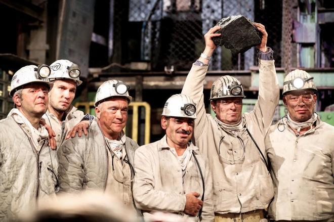 Un minero sostiene la ultima pieza de carbón extraída en Prosper- Haniel, este viernes.