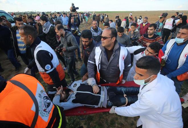 Paramédicos transportan a un manifestante herido durante una protesta en Gaza.